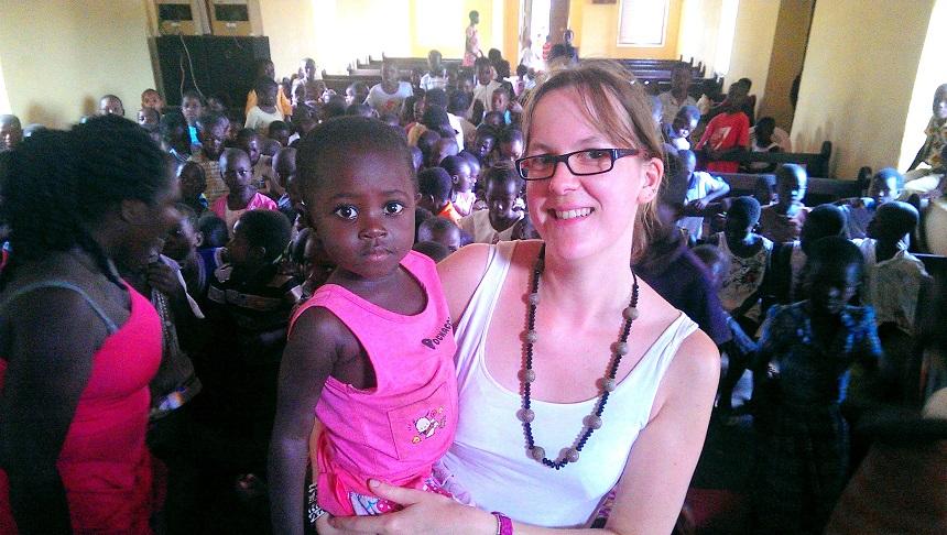 Wibke Herbert mit einem Mädchen, dem durch die Kronkorkenspenden eine Krankenversicherung für zwei Jahre ermöglicht werden konnte. Foto: Jonas Herbert