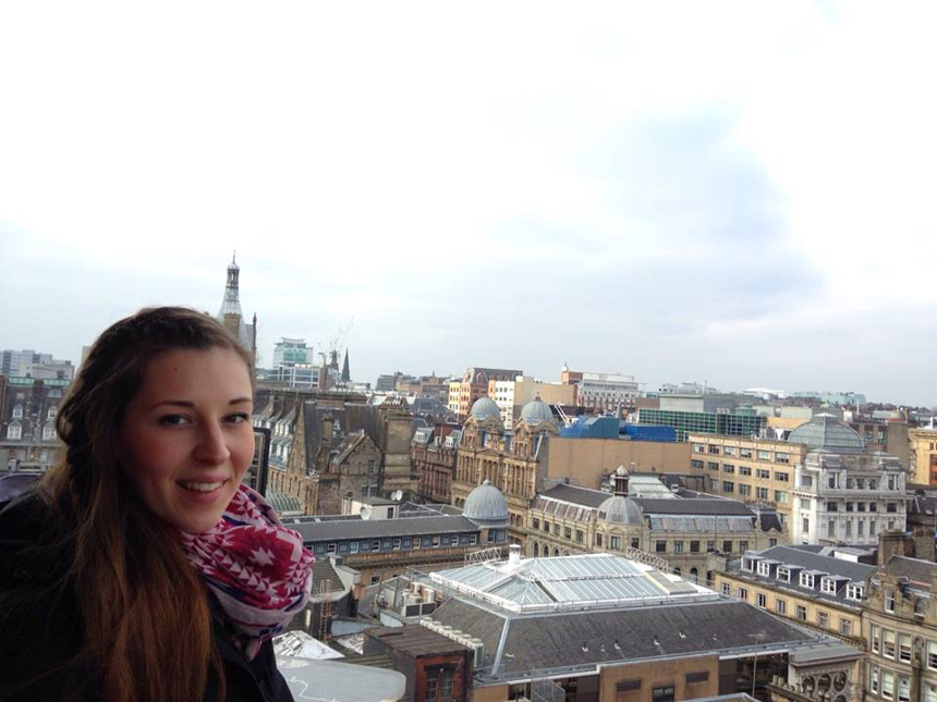 Lehramtsstudentin Caroline Richter über den Dächern von Glasgow, der größten Stadt Schottlands. Sie verbrachte einen Monat im nördlichen Drittel Großbritanniens. Foto: Privat