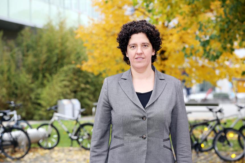 Dr. Dagmar Flöck ist Leiterin des EU-Büros in Koblenz und unterstützt Wissenschaftler und Wissenschaftlerinnen beider Campi bei der Suche nach spannenden EU-geförderten Forschungsprogrammen. Foto: Adrian Müller