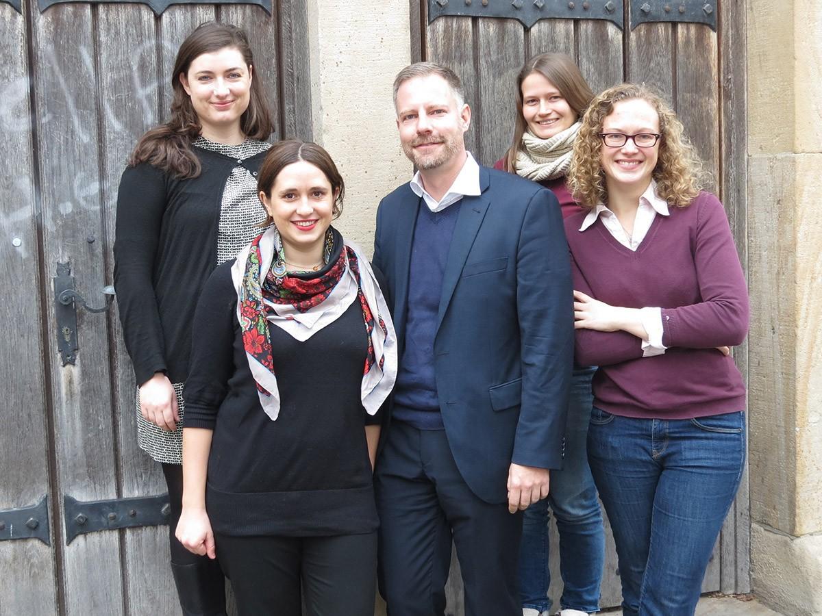 Das Team der Friedensakademie: Melanie Hussak, Nina Engwicht, Dr. Sascha Werthes (Geschäftsführer), Daniela Decker und Alexandra Stromberger