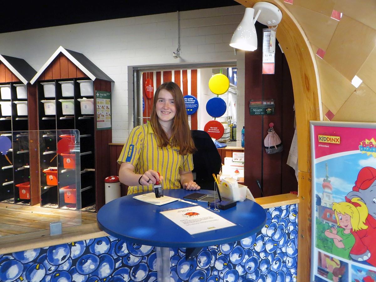 Ava Rasper bei der Arbeit im Kundenservice von IKEA. Foto: Privat.