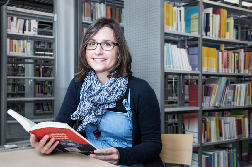 Christina Bär, Promovierende am Institut für Grundschulpädagogik am Campus Koblenz, befasst sich in ihrer Dissertation mit kollaborativen Schreibprozessen bei Grundschülern. Foto: Adrian Müller.