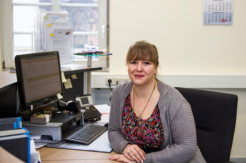 Eva Heuft fühlt sich wohl als Mitarbeiterin im Studienbüro in Koblenz. Foto: Marius Adam.