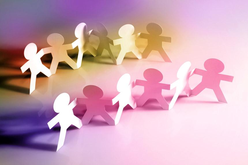 Miteinander statt Gegeneinander: Franziska Ehrke entwirft anwendungsorientierte Trainings für soziale Vielfalt im Bildungs- oder Berufskontext Foto: Fotolia/Stillfx
