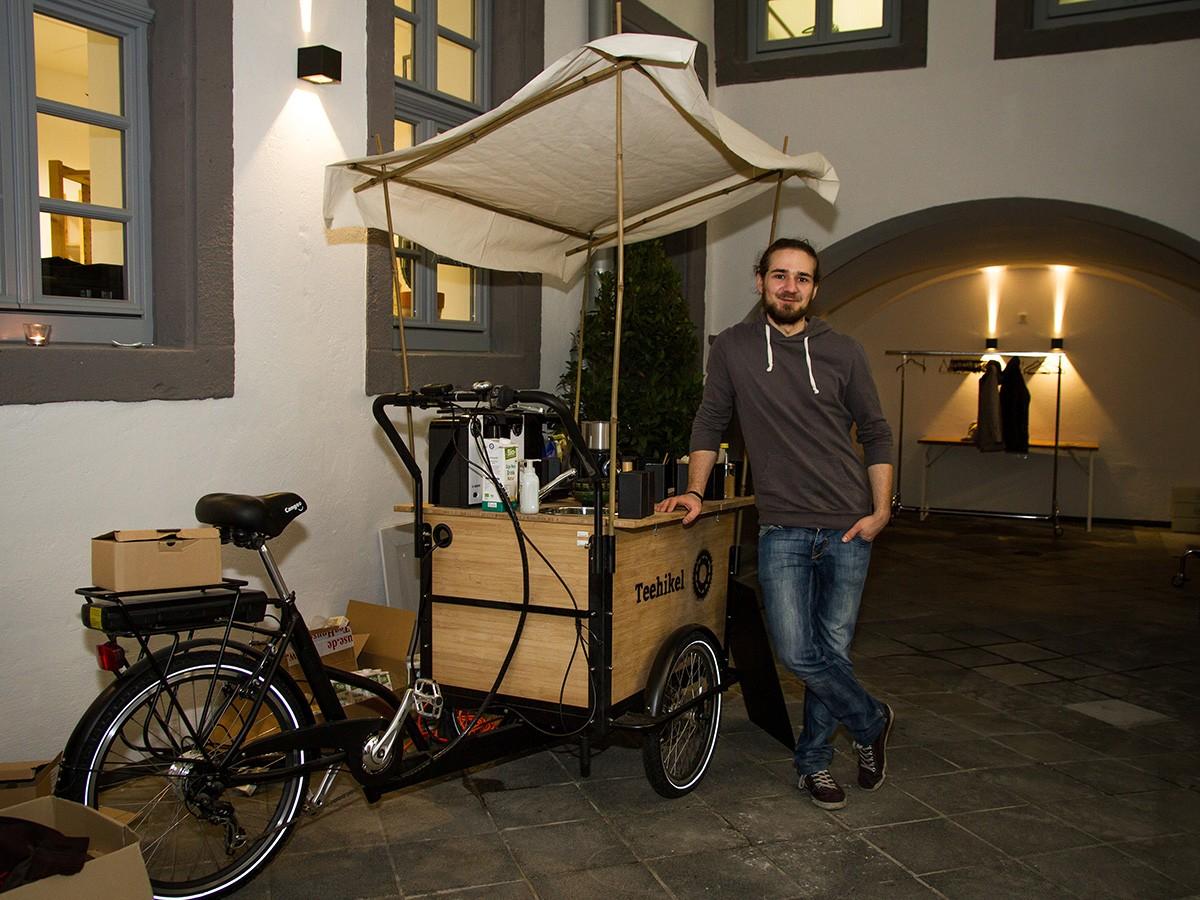 Philipp Hählke hat sich mit seinem rollenden Teehaus einen Traum erfüllt und verkauft in der Koblenzer Innenstadt nachhaltige Teesorten. Fotos: Marius Adam