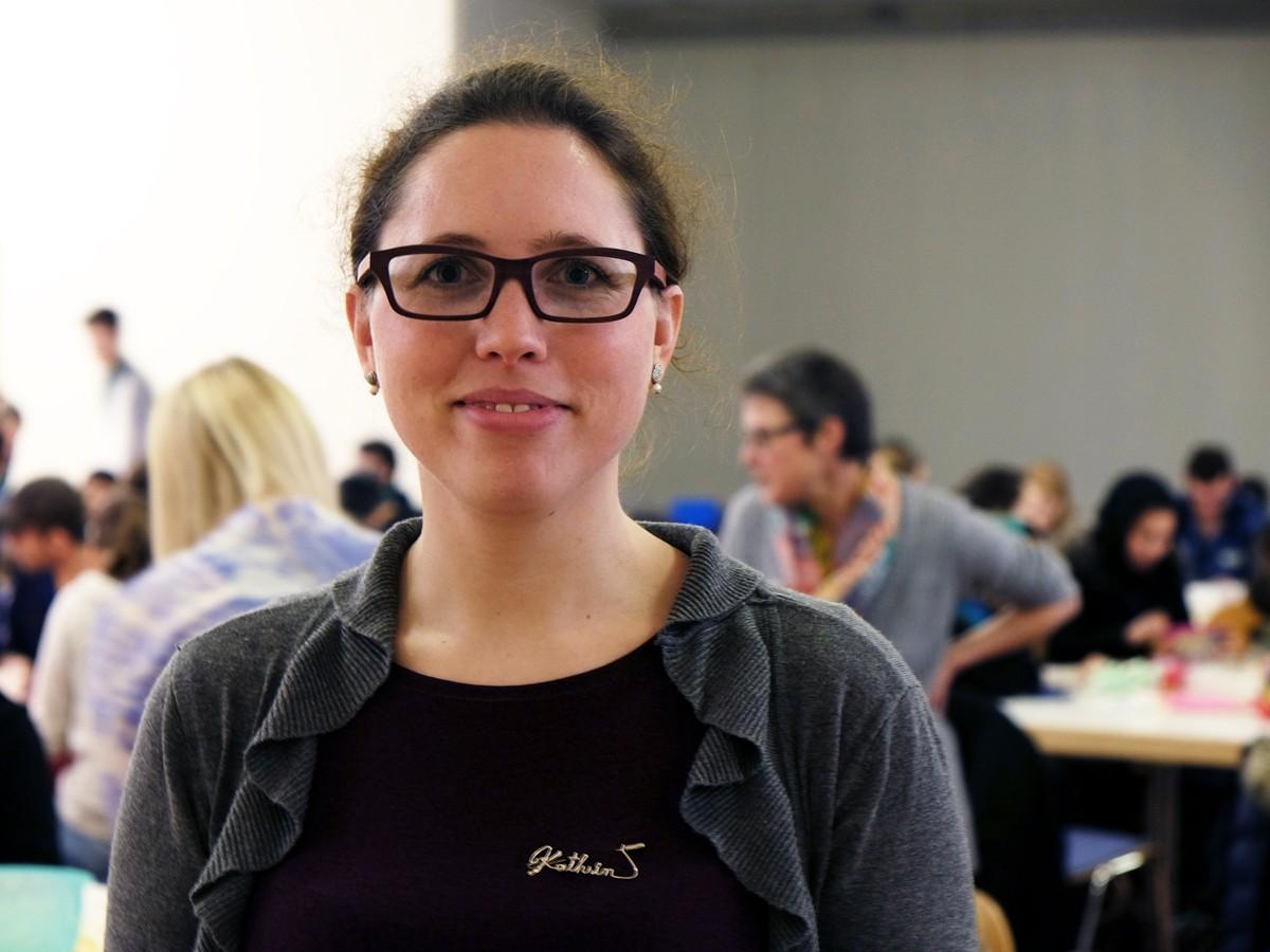 Germanistik-Dozentin Dr. Kathrin Heintz möchte nicht nur zeigen, wie sich schwierige Themen wie Flucht in den Unterricht integrieren lassen, sondern sie stellt auch einen Kontakt zwischen Studierenden und Flüchtlingen her. Fotos: Lisa Leyerer