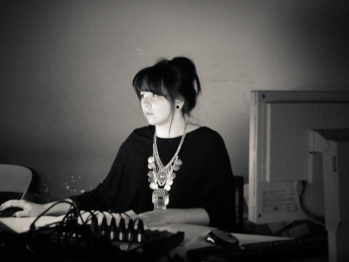 Anja Pawlik ist zwar kein Technikfreak, liebt ihren Nebenjob im Theater aber trotzdem. Foto: Privat.