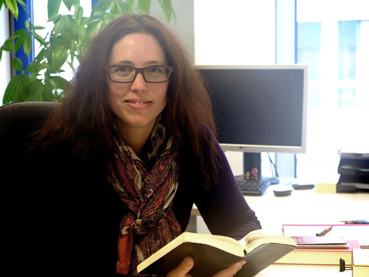"""Kathrin Heintz wagt sich für ihre Doktorarbeit an das anspruchsvolle Werk """"Perrudja"""" von Hans Henny Jahnn. Foto: Sandra Erber"""