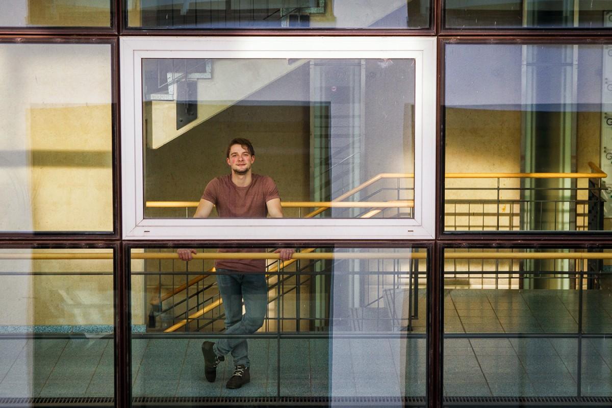 Zieht an Fäden hinter den Kulissen: Nikolas Sonneborn arbeitet neben seinem Studium bei TV-Mittelrhein und WW-TV. Fotos: Marius Adam