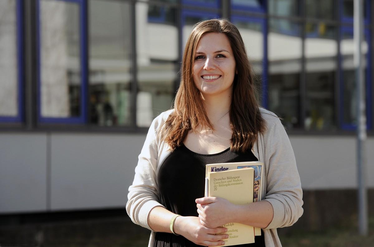 Sophia Maroc studiert Master of Education am Campus in Landau. Sie ist hochschulpolitisch aktiv und sitzt seit 2014 für die Grünen im Stadtrat. Foto: Karin Hiller.
