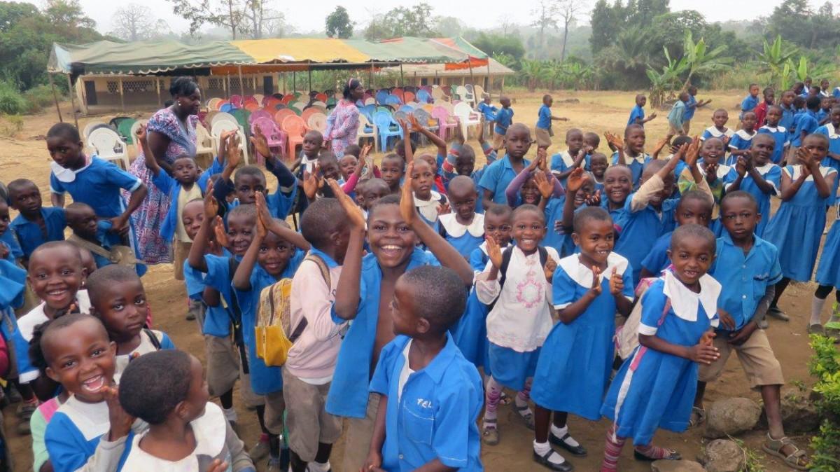 Schüler der Grundschule von Bonakanda, einem kleinen Dorf nördlich von Buea (Südwestkamerun).