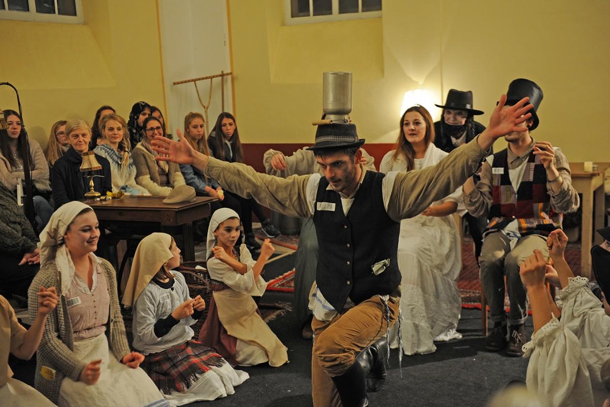 """""""Anatevka"""" wurde in der Deidesheimer Synagoge unter der Regie von Eva Adjoran, Dozentin des Zertifikatsstudiengangs Darstellendes Spiel, aufgeführt. Foto: Karin Hiller"""