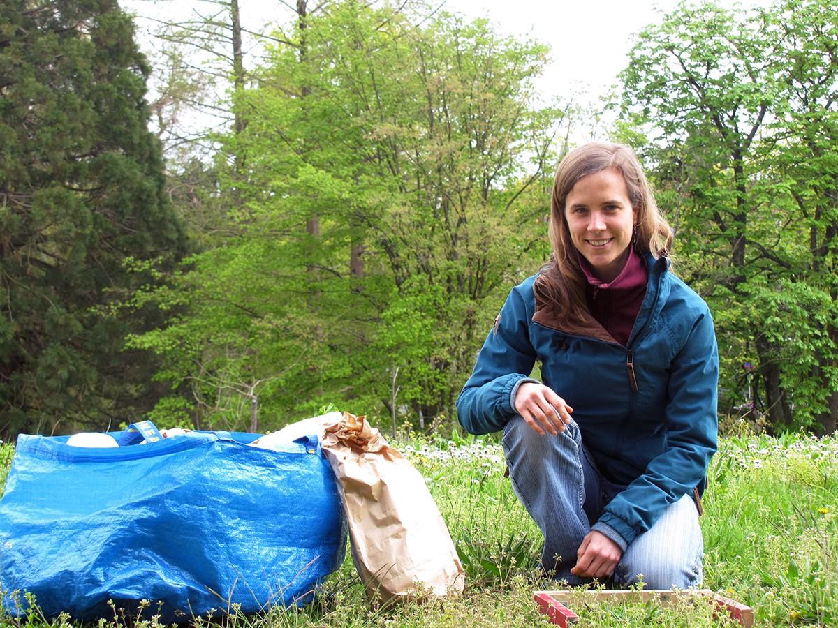 Ob Bodenproben entnehmen, Gras mähen oder Pflanzenbestimmung: Rebekka Gerlach liebt vor allem die Vielfalt der Aufgaben in ihrem Promotionsprojekt. Foto: Privat