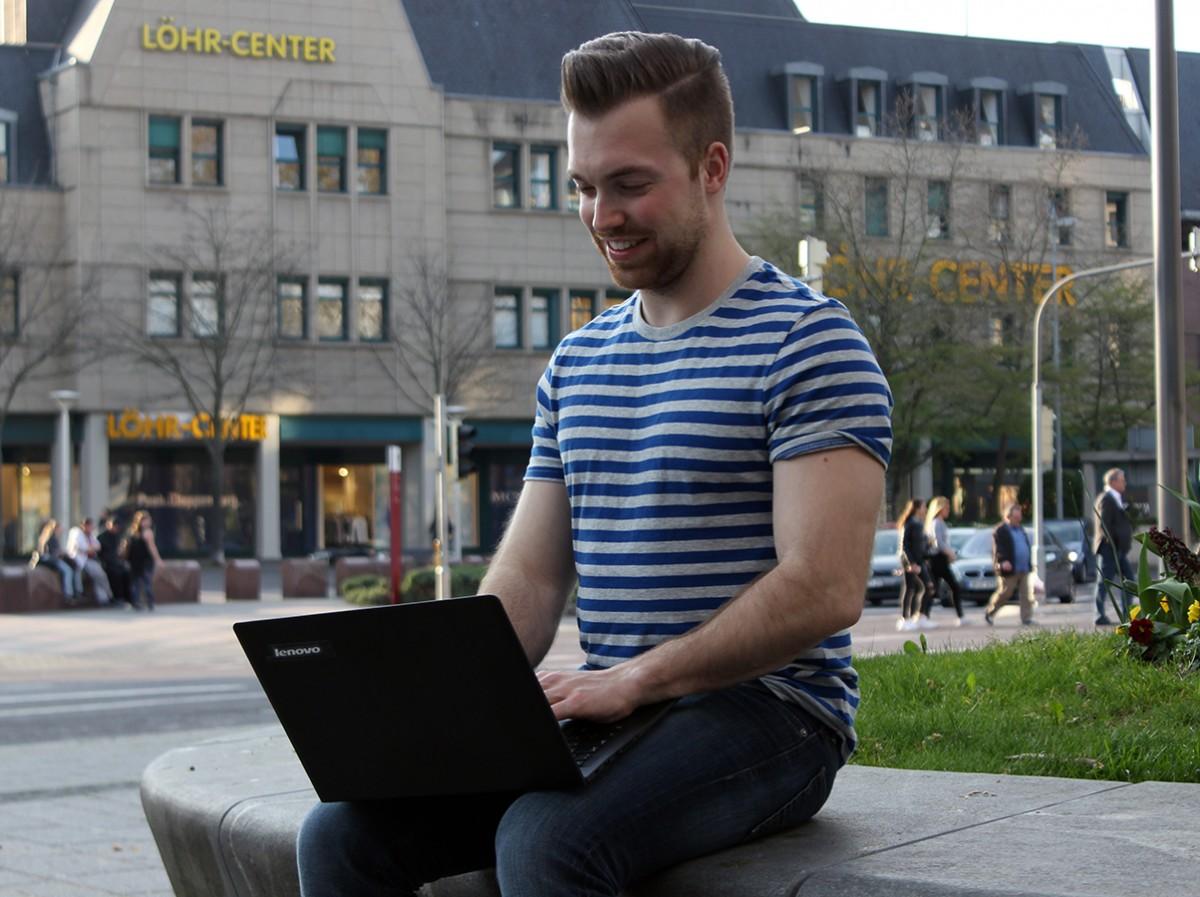 Mag keine Informatiker-Klischees, hat sein Notebook aber trotzdem immer dabei: Software-Entwickler Patrick Schäfer. Foto: Adrian Müller.