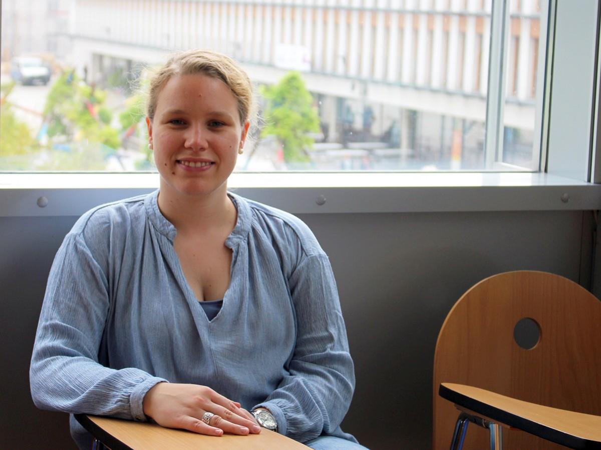 Maike Sippmann arbeitet neben ihrem Pädagogikstudium in einer betreuten Wohngruppe, in der Kinder und Jugendliche aus schwierigen Verhältnissen ein neues Zuhause finden. Foto: Bauer