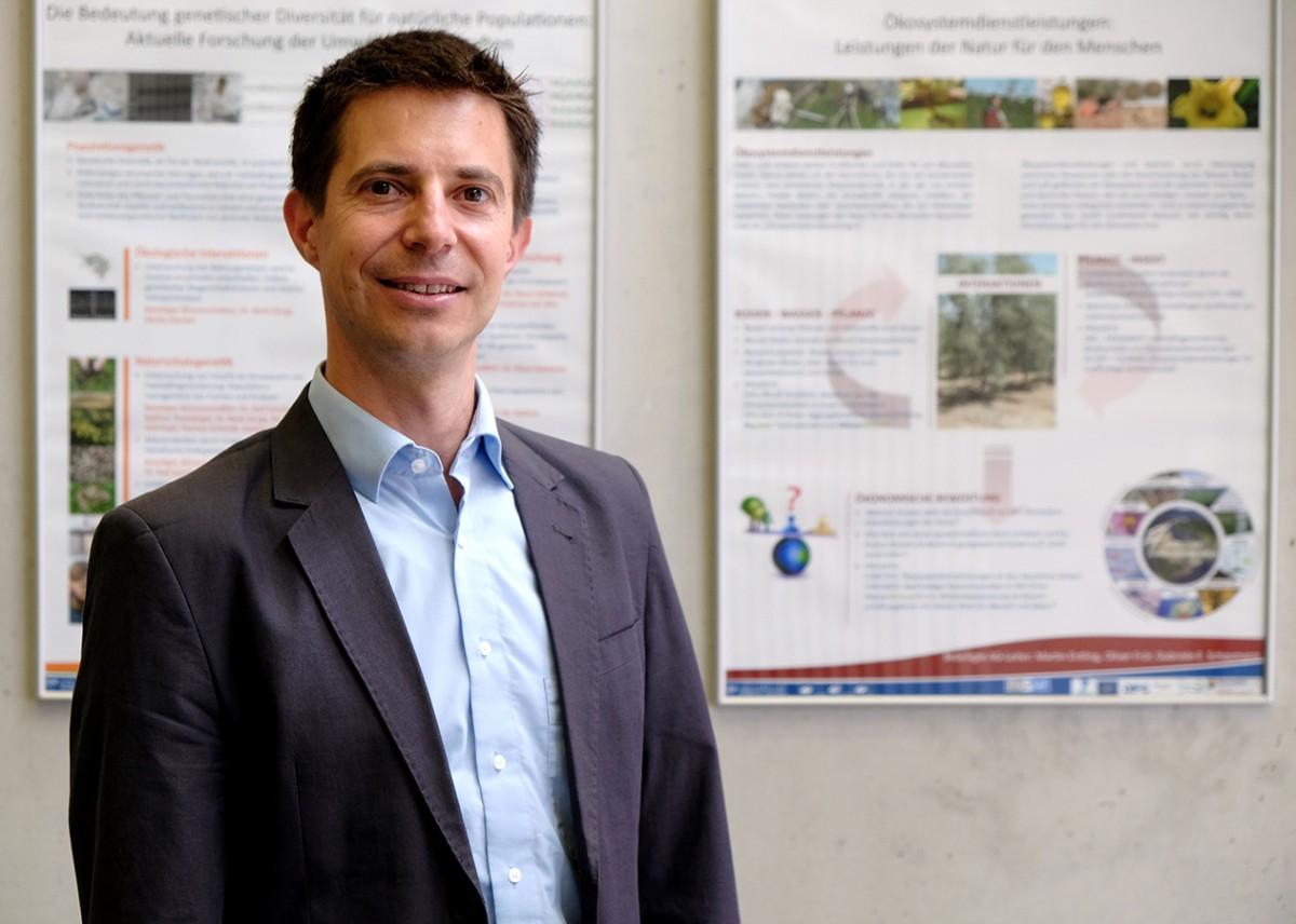 Umweltökonom Prof. Dr. Frör untersucht das Problem der Gewässerversalzung und möchte dem Thema mehr Aufmerksamkeit in Forschung und Gesellschaft verschaffen. Foto: Leyerer