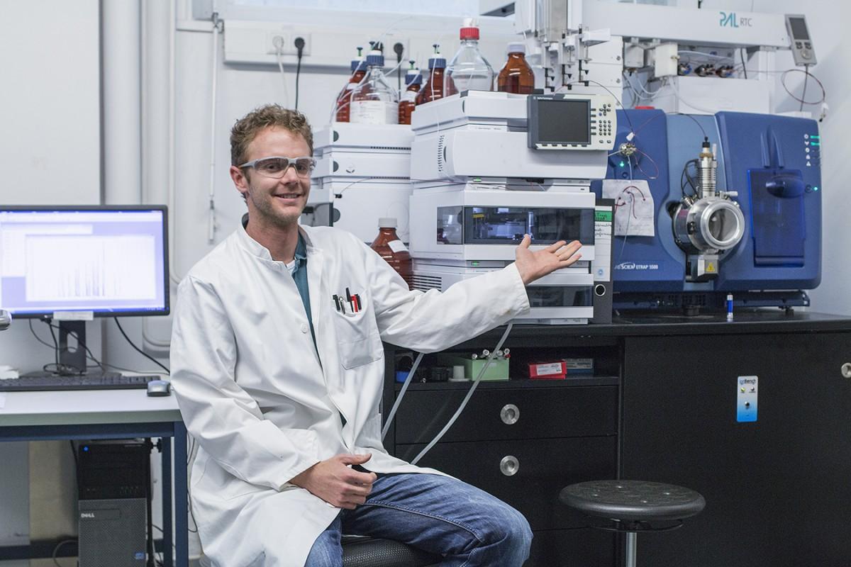 Chemiker und Doktorand Kevin Jewell vergleicht mittels Massenspektrometrie Proben von Klärschlamm. Foto: Adrian Müller
