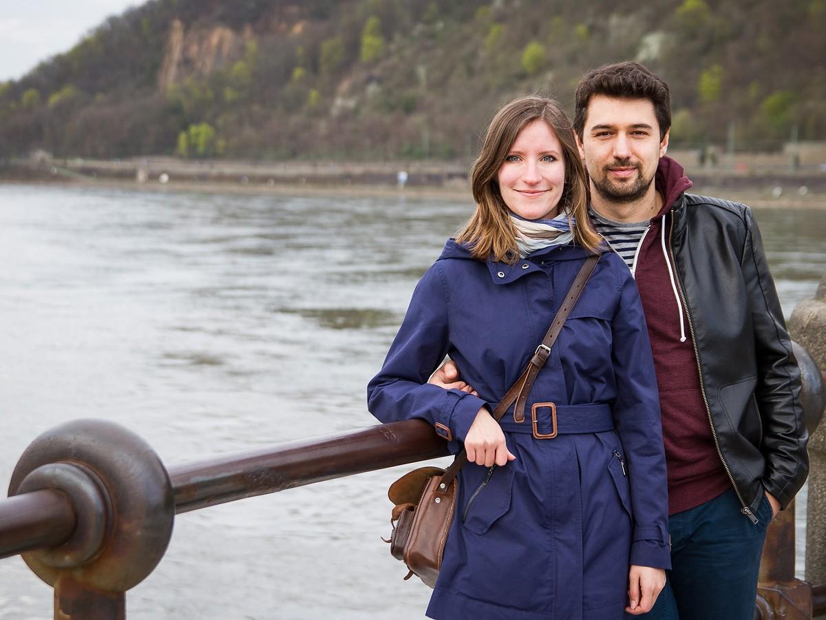 Romantik am Deutschen Eck: Vivian Schmidt und Viktor Seib genießen die Zeit zu Zweit am Rhein. Foto: Marius Adam