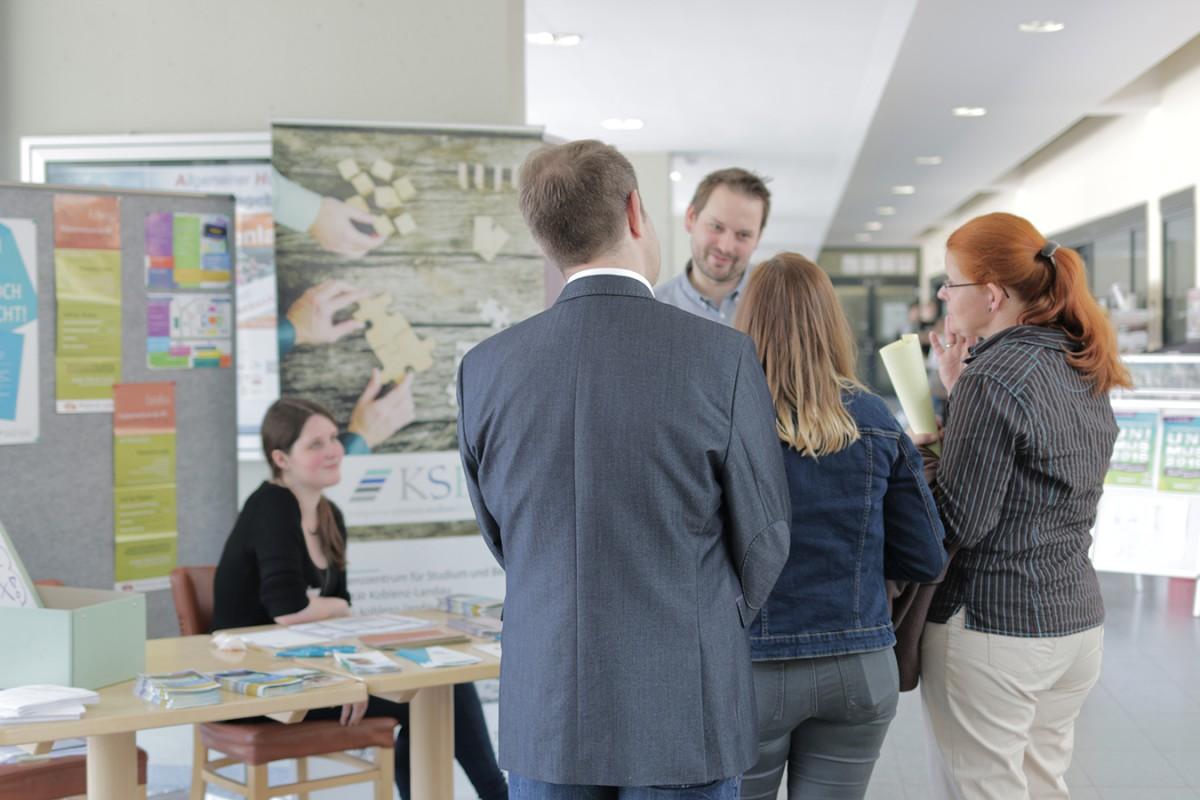 Persönlicher Kontakt: Beim Tag der offenen Tür am Koblenzer Campus können sich Studieninteressierte über ein Studium an der Universität Koblenz-Landau informieren. Fotos: Adrian Müller