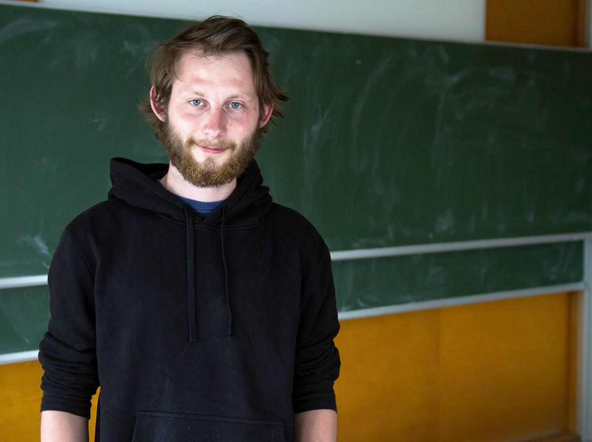 Philipp Biewer arbeitet neben dem Studium an einem integrativen Gymnasium und unterstützt Schüler mit ADHS im Unterricht. Foto: Marius Adam.