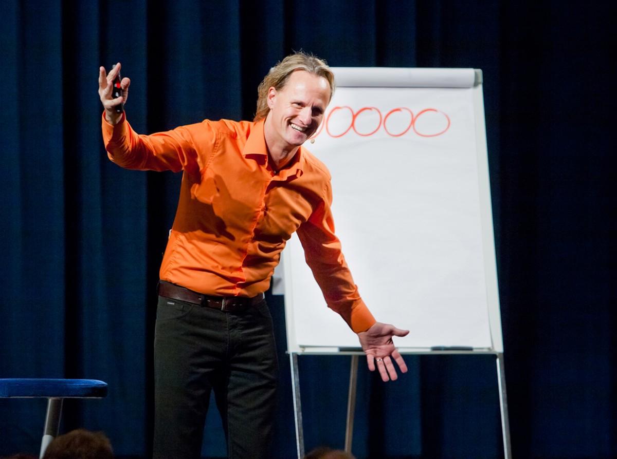 Thomas Baschab in Aktion: Seit fast 30 Jahren zeigt er Menschen, wie sie ihre Potential optimal ausschöpfen können. Bis zu 30.000 Seminarteilnehmer hören ihm jedes Jahr zu. Fotos: Baschab