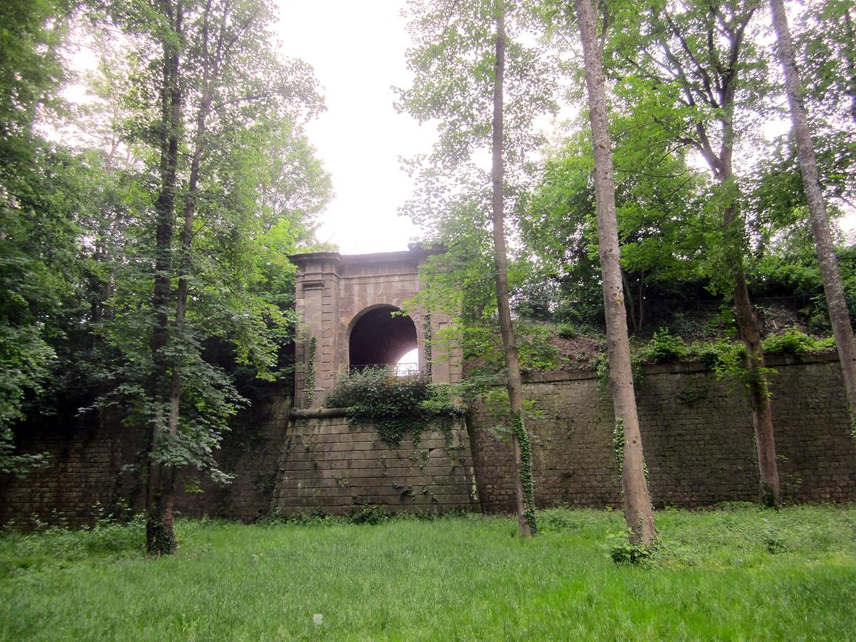 Im Wald nahe dem Uni-Campus versteckt liegen die alten Festungsmauern des Landauer Forts. Bei dessen Besichtigung kann man viel über die Geschichte der Stadt lernen. Fotos: Enya Höffner