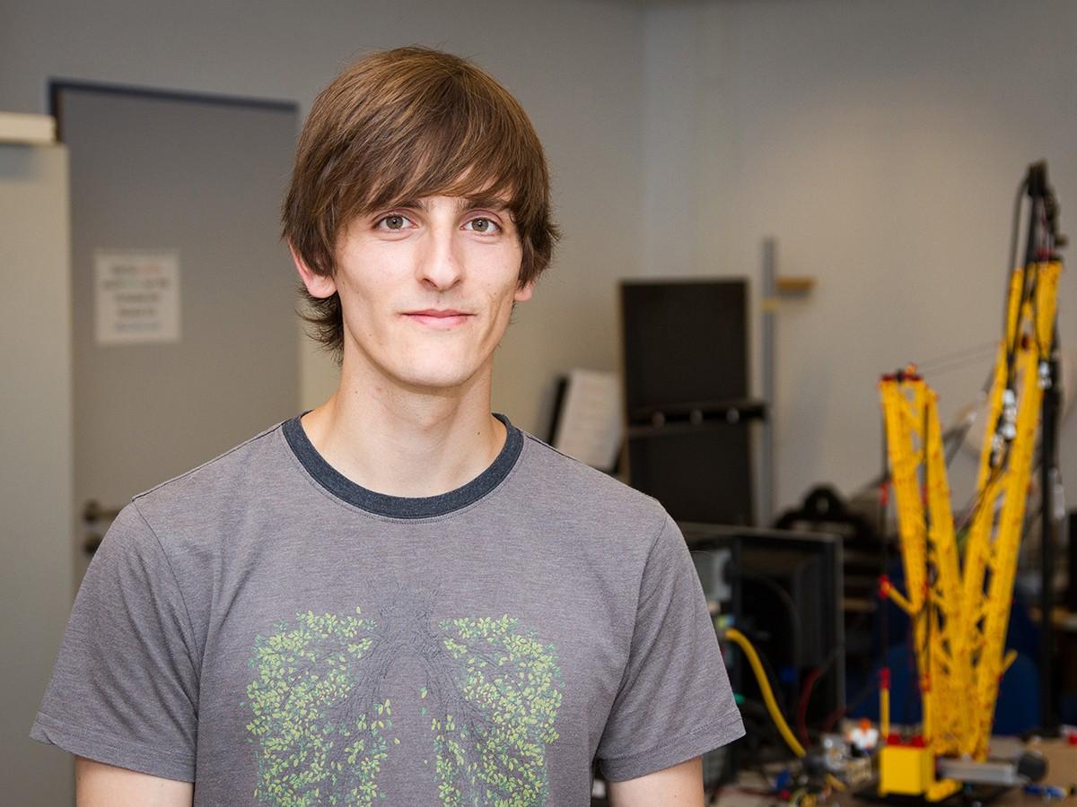 Wusste schon früh, was er mal studieren möchte und hat es bis heute nicht bereut: Informatik-Student Felix Engelmann. Foto: Marius Adam