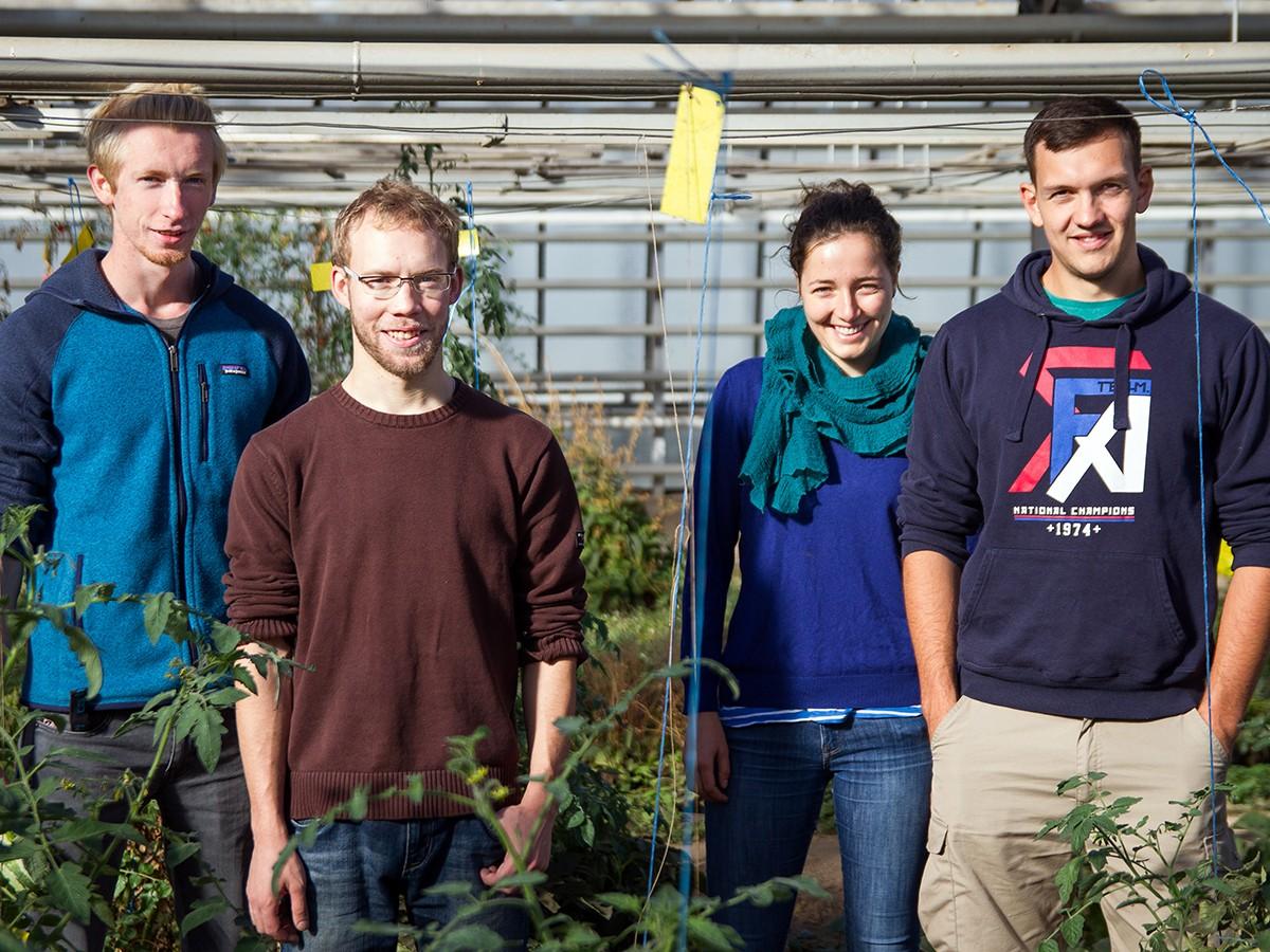 Die studentischen Hobbygärtner um Leander Leist (links) eint das Interesse an der Natur und die Freude an heimischem Gemüse. Auch die Unabhängigkeit von Supermarktketten spornt sie an. Foto: Marius Adam