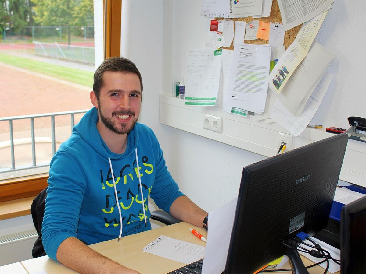Marco Böhm verbringt viele Stunden in dem Büro des AStA, verhandelt, koordiniert und organisiert. Foto: Esther Guretzke