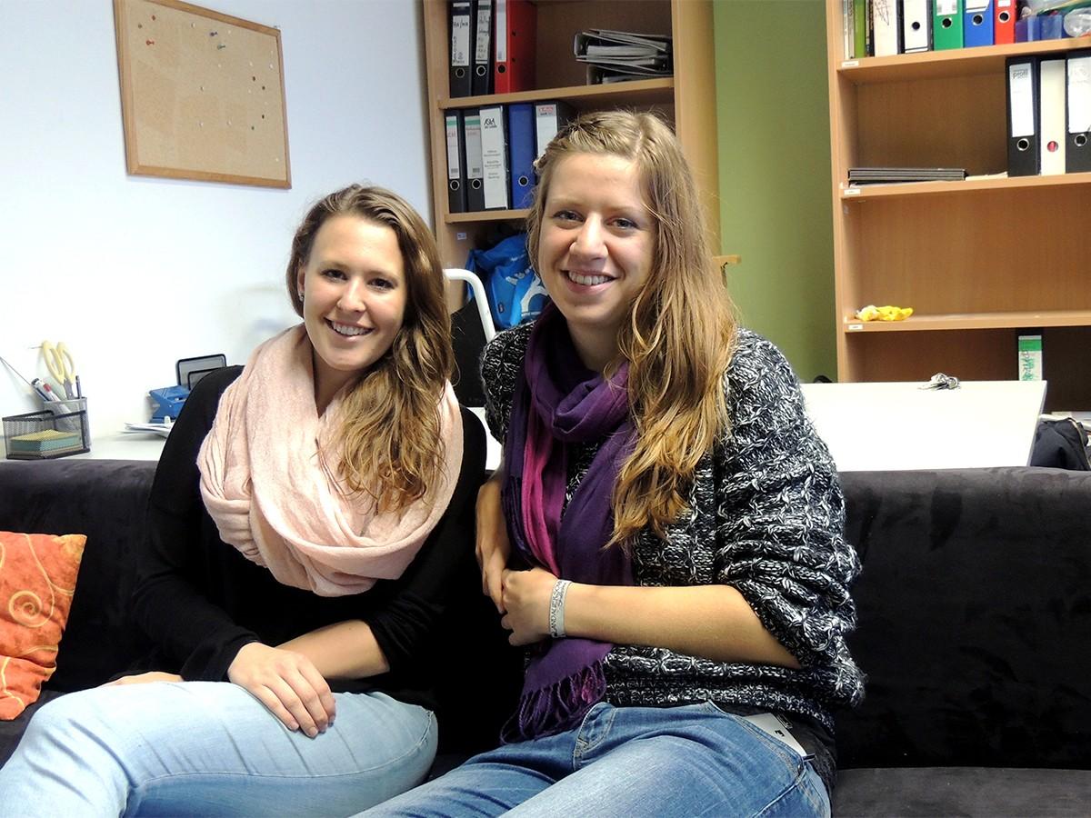 Engagiert, fröhlich und motiviert: Das sind die AStA-Vorsitzenden Luisa Horsten und Katharina Schmidt am Campus Landau. Foto: Lisa Leyerer