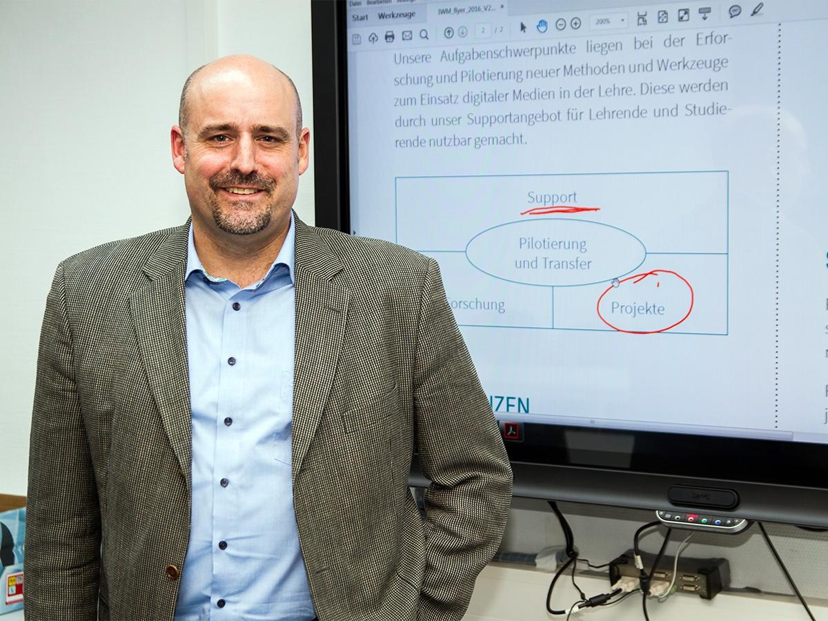 Digitale Bildung wird heute groß geschrieben, auch an der Universität Koblenz-Landau. Dr. Peter Ferdinand ist Geschäftsführer des IWM, der zentralen Einrichtung für digitale Innovationen. Foto: Marius Adam