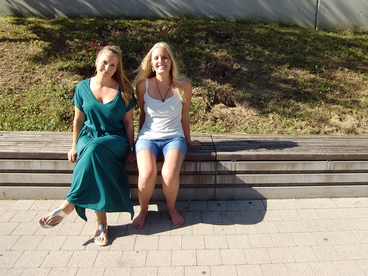 Maxi Fleiter (links) und Doro Loch erforschen für ihre Masterarbeit in Psychologie die Determinanten des Wohlbefindens. Foto: Greb