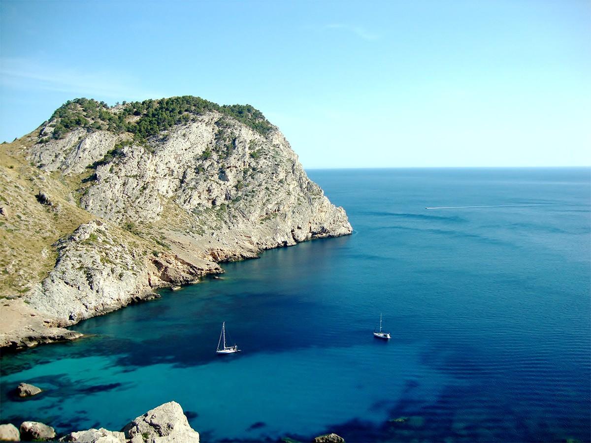 Die Insel bietet Hunderte solcher kleinen Buchten, zu denen man teilweise nur mit Booten gelangen kann. Aber auch ein Blick von oben lohnt sich. Fotos: Seel