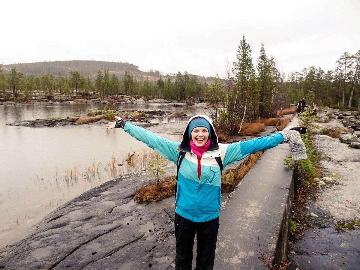 In Schweden lernte Elena Hamm das Winterwetter zu genießen und trotz Kälte und Dunkelheit viel Zeit in der Natur zu verbringen. Hier wandert sie durch das Gebirge Sylarna. Fotos: Hamm