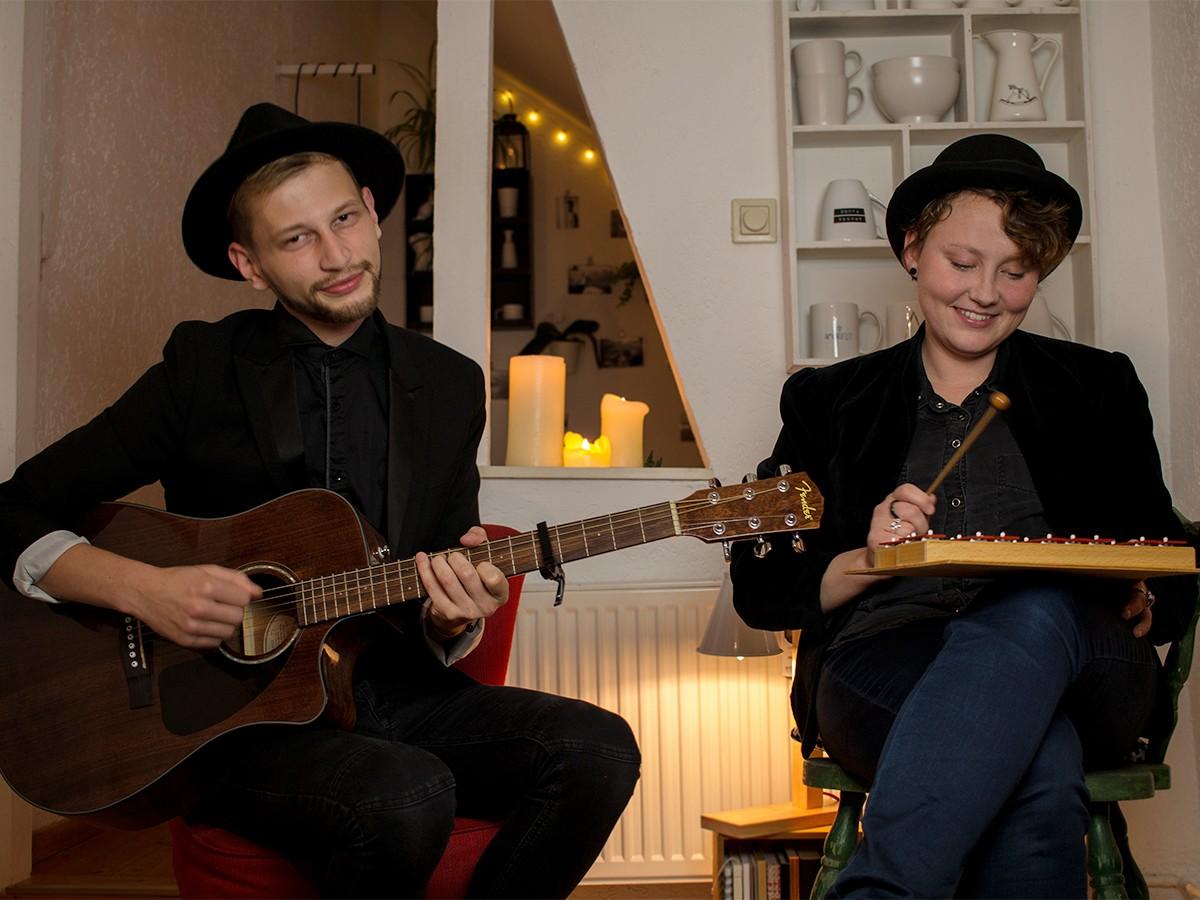 Andreas Babiak und Julia Mähler sind die Band Polaroad. Die zwei Koblenzer Studierenden begeistern mit melancholisch-herbstlichen Tönen. Foto: Adrian Müller