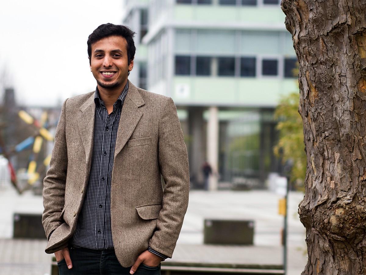 Syed Nabil Afaraz Bukhari (24) fühlt sich wohl in Koblenz. Seit dem Sommersemester 2016 studiert er hier Web Science. Foto: Marius Adam