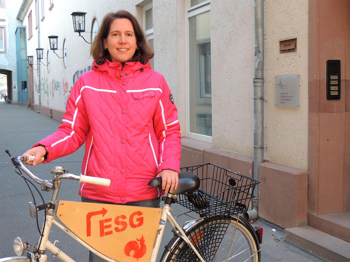Dr. Anja Lebkücher ist seit zwei Jahren Studierendenpfarrerin der ESG in Landau. Sie setzt sich für Frieden und einen interreligiösen Dialog ein. Foto: Lisa Leyerer