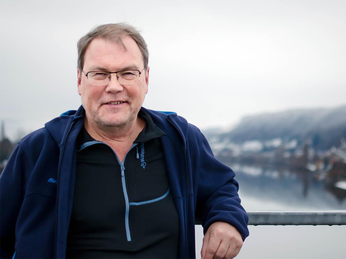 Der 60-jährige Burkhard Leh ist Pfarrer der ESG in Koblenz. Er versteht Glauben als die Möglichkeit, in Gemeinschaft und Verschiedenheit zu leben. Foto: Greta Rettler