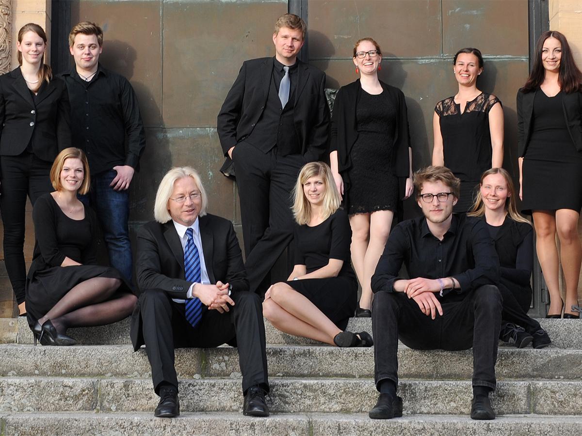 Haben Freude an der Musik: Universitätsmusikdirektor Dr. Olaf Meyer und seine Mitstreiter aus dem Landauer Vokalensemble. Fotos: Katrin Hiller