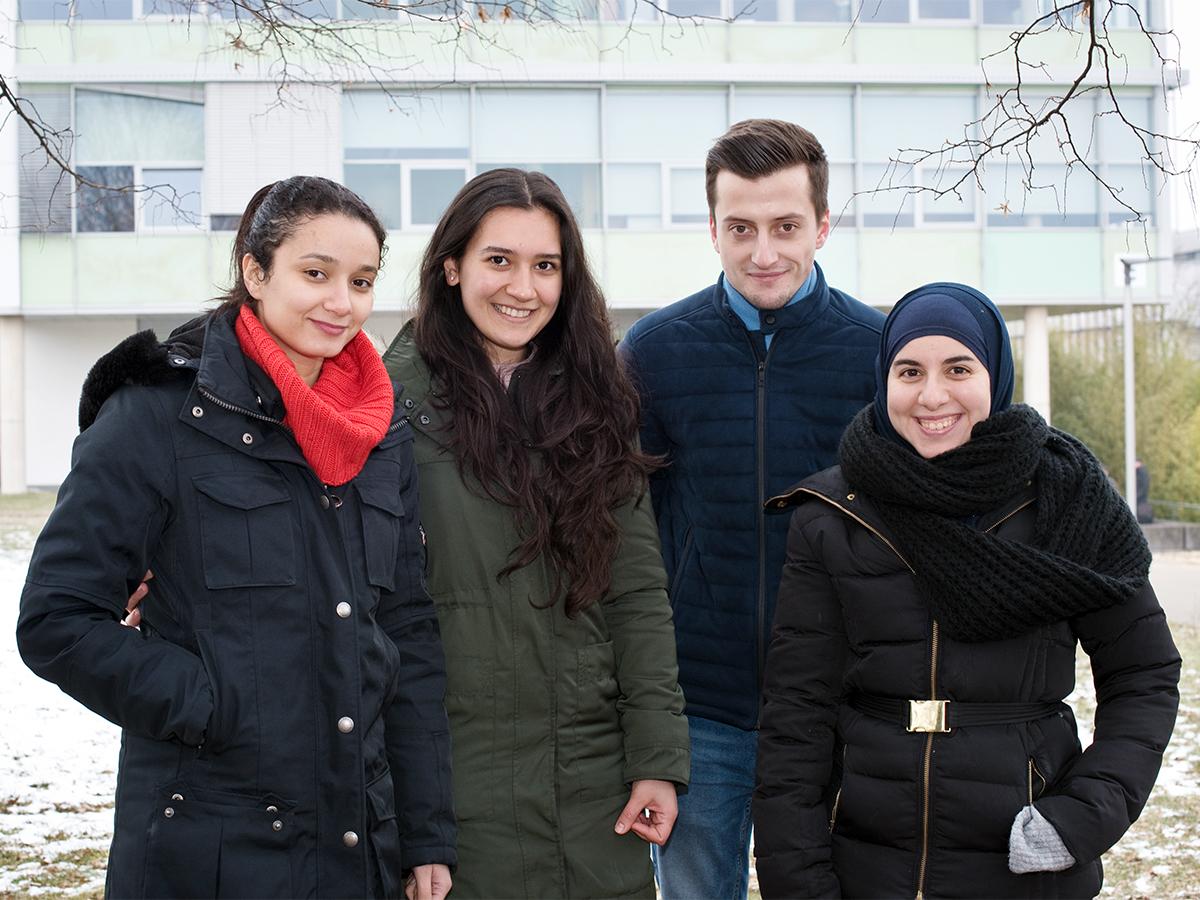 Sarra Inoubli, Gül Akin, Ali Kaya und Sanaa Radani (von links) bilden den Vorstand der Islamischen Hochschulgruppe (ISK) am Campus in Koblenz. Foto: Greta Rettler