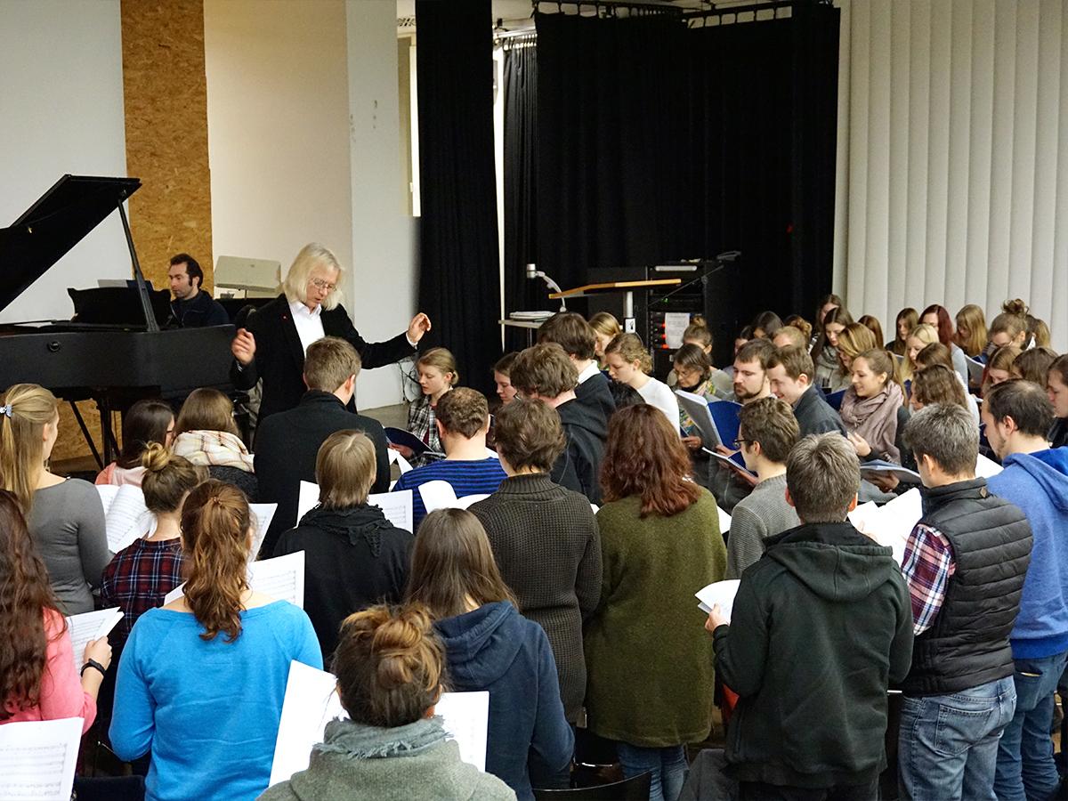 Der Landauer Universitätschor hat etwa 100 Mitglieder und prob in der Vorlesungszeit jede Woche. Foto: Constanze Schreiner