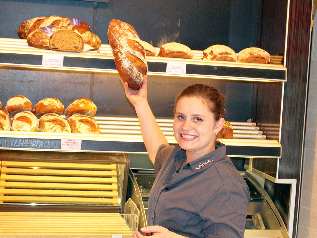 Romina Rudolphi verdient sich neben dem Studium ihr Geld mit dem Verkauf von Brot, Teilchen und Kaffee. Foto: Esther Guretzke