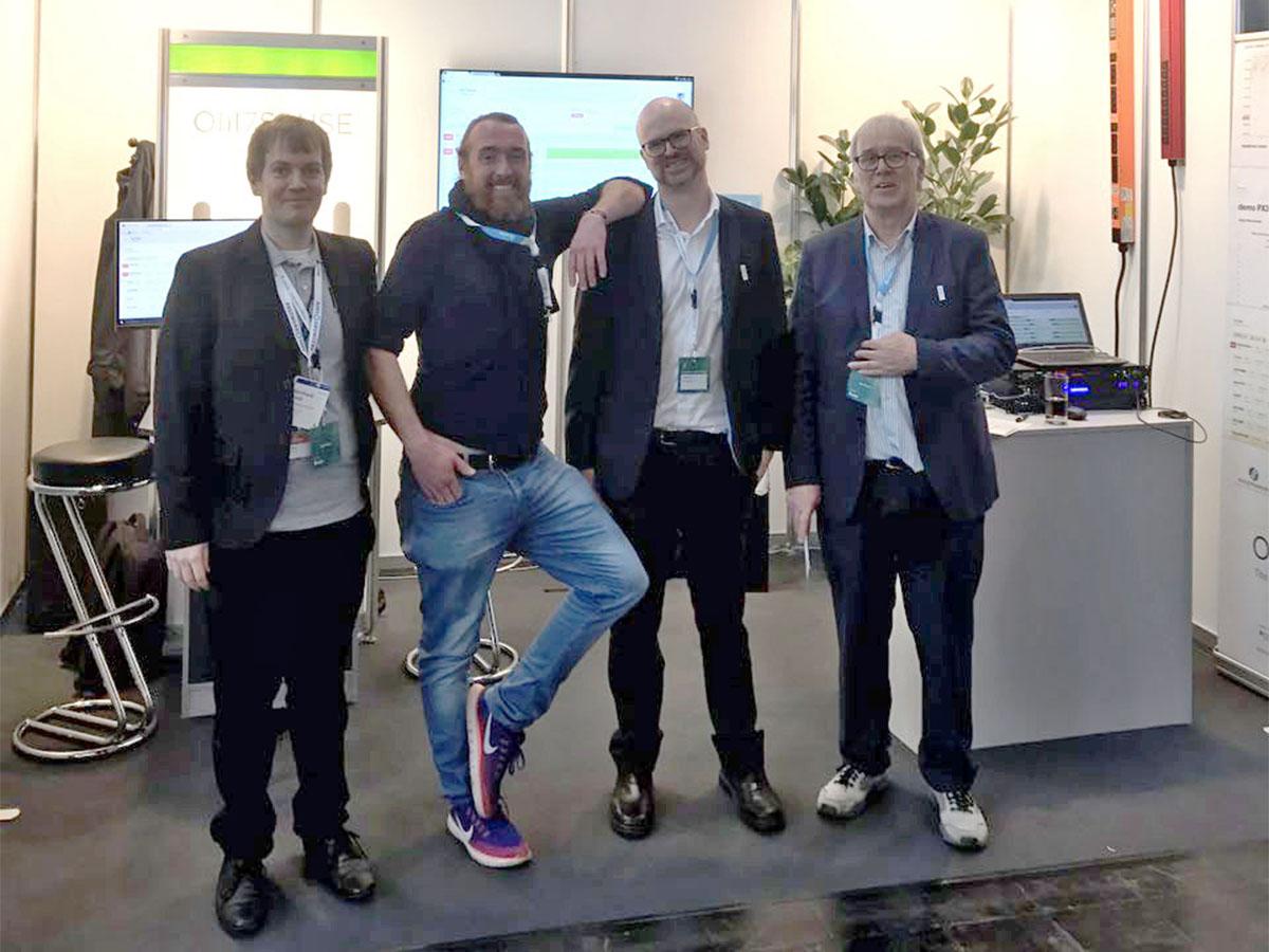 Bernhard Riedl und Kevin Read (1. und 3. von links) von Om7Sense mit Kollegen auf der Cebit 2017, wo sie ihren offiziellen Markteintritt feierten. Foto: Riedl