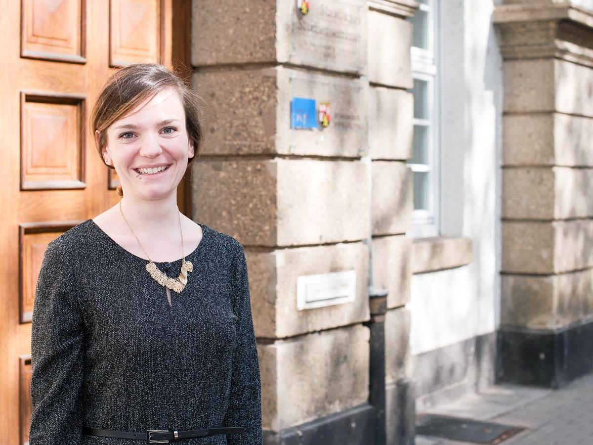 Anna Maria Scherhag hilft im Rahmen des Projekts ZuGewinn FH-Absolventinnen beim Sprung an die Uni. Foto: Greta Rettler