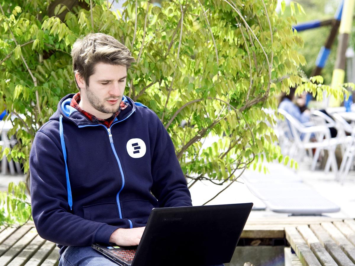 Kailex Johnstons Arbeitsplatz ist am Computer, denn er programmiert und pflegt Daten für Apps. Foto: Greta Rettler