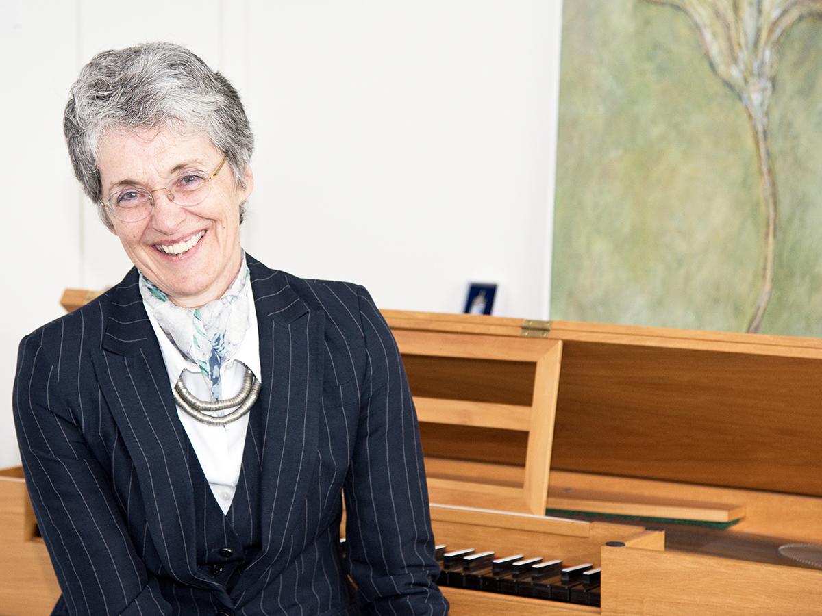 Prof. Dr. Petra Kindhäuser geht voll und ganz in ihrem Fach auf: Sie lehrt Musikwissenschaft am Campus in Koblenz. Foto: Greta Rettler