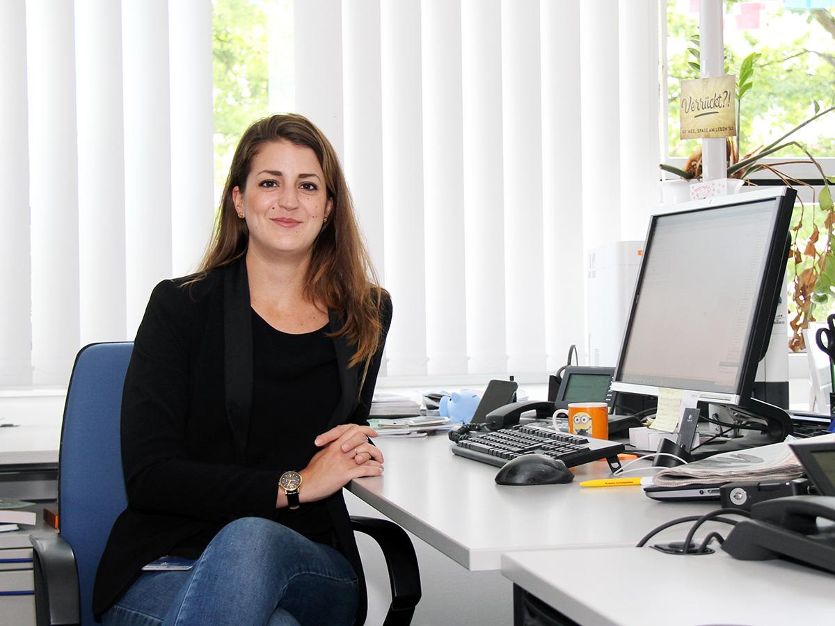 Alumna Sarah Ochs sammelte schon während des Studiums viel praktische Erfahrung und hatte dadurch keine Probleme beim Berufseinstieg. Foto: Lisa Leyerer