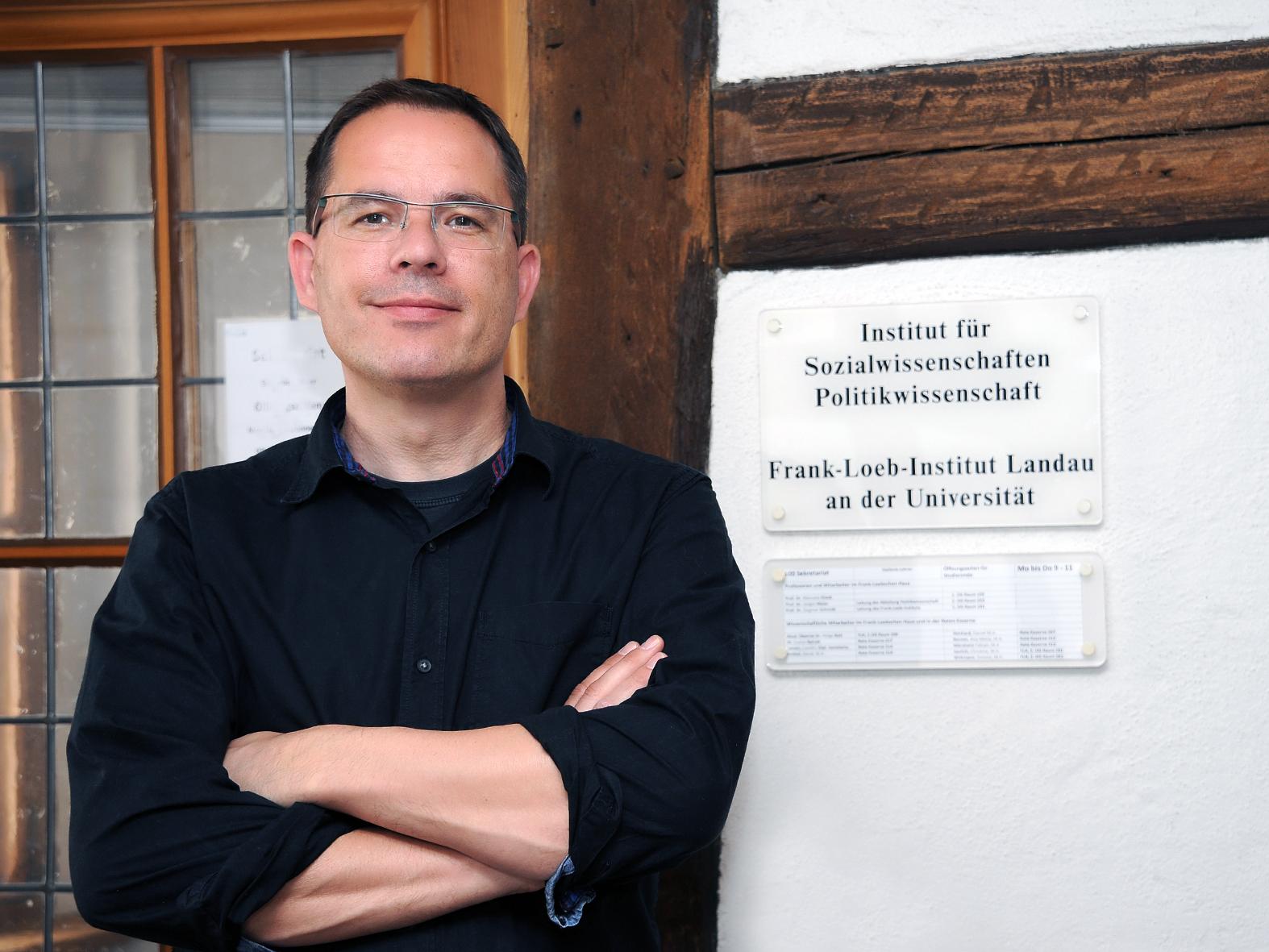 """Prof. Dr. Jürgen Maier studierte 1990 bis 1995 studierte Politikwissenschaften an der Universität Bamberg und promovierte zum Thema """"Politikverdrossenheit in der Bundesrepublik Deutschland"""". Heute stellt er sich den Fragen im Uniblog-Interview. Foto: Karin Hiller"""