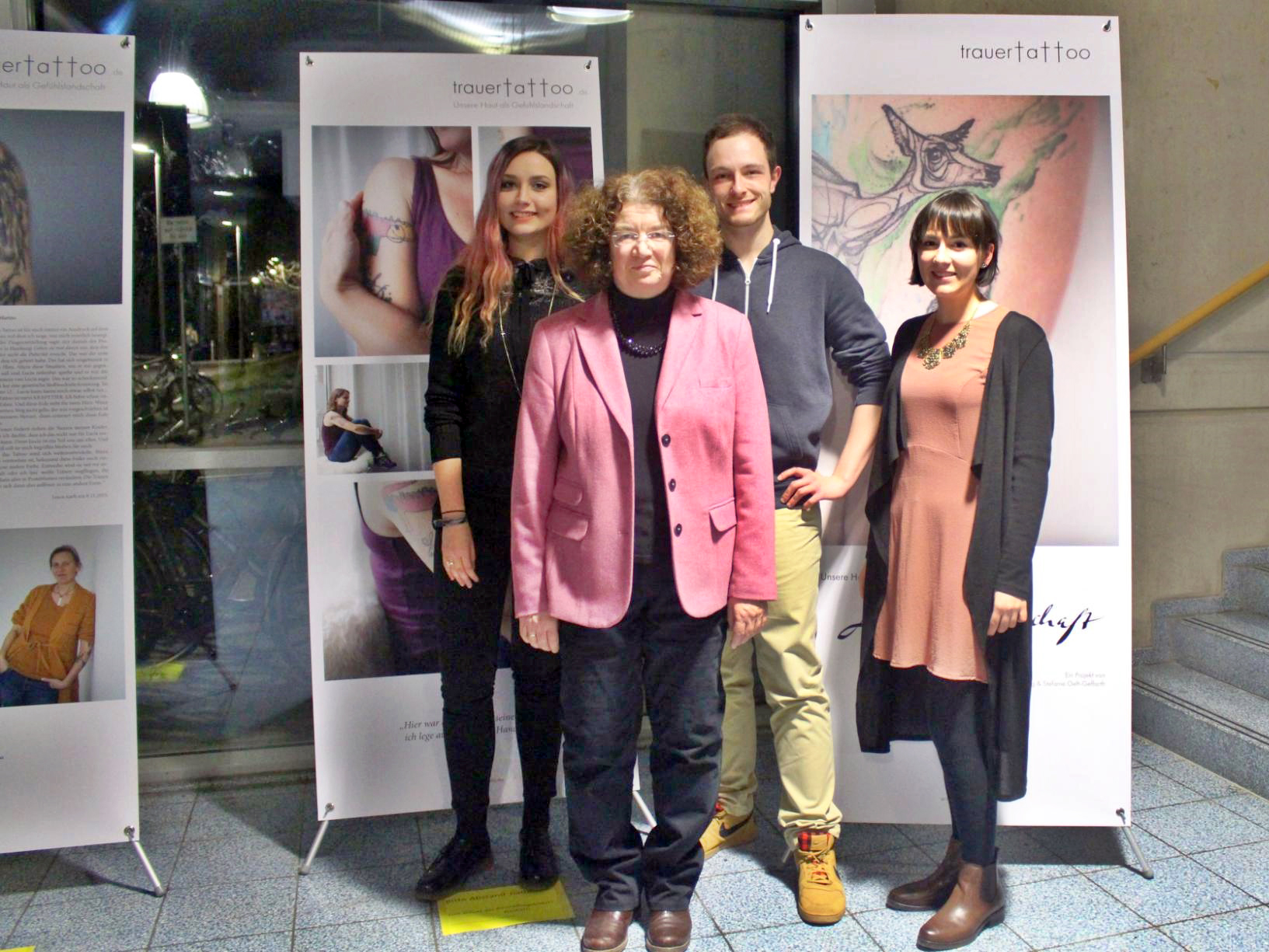 Die Studierenden Vanessa Oborovski, René Kosak und Katja Savcenko mit Dr. Ursula Engelfried-Rave während der Ausstallung am Campus Koblenz. Foto: Esther Guretzke