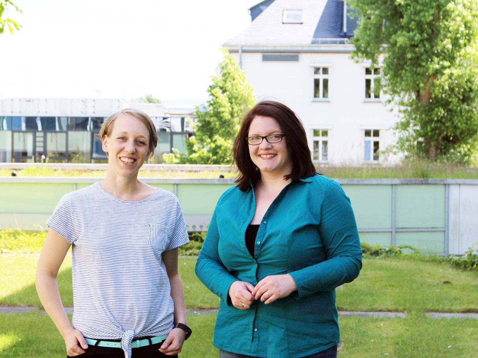 NaWi-Programmkoordinatorin Solveig Schartl (links) und Nachwuchswissenschaftlerin Sarah Schäfer-Althaus (rechts) freuen sich über die gute Zusammenarbeit. Foto: Esther Guretzke